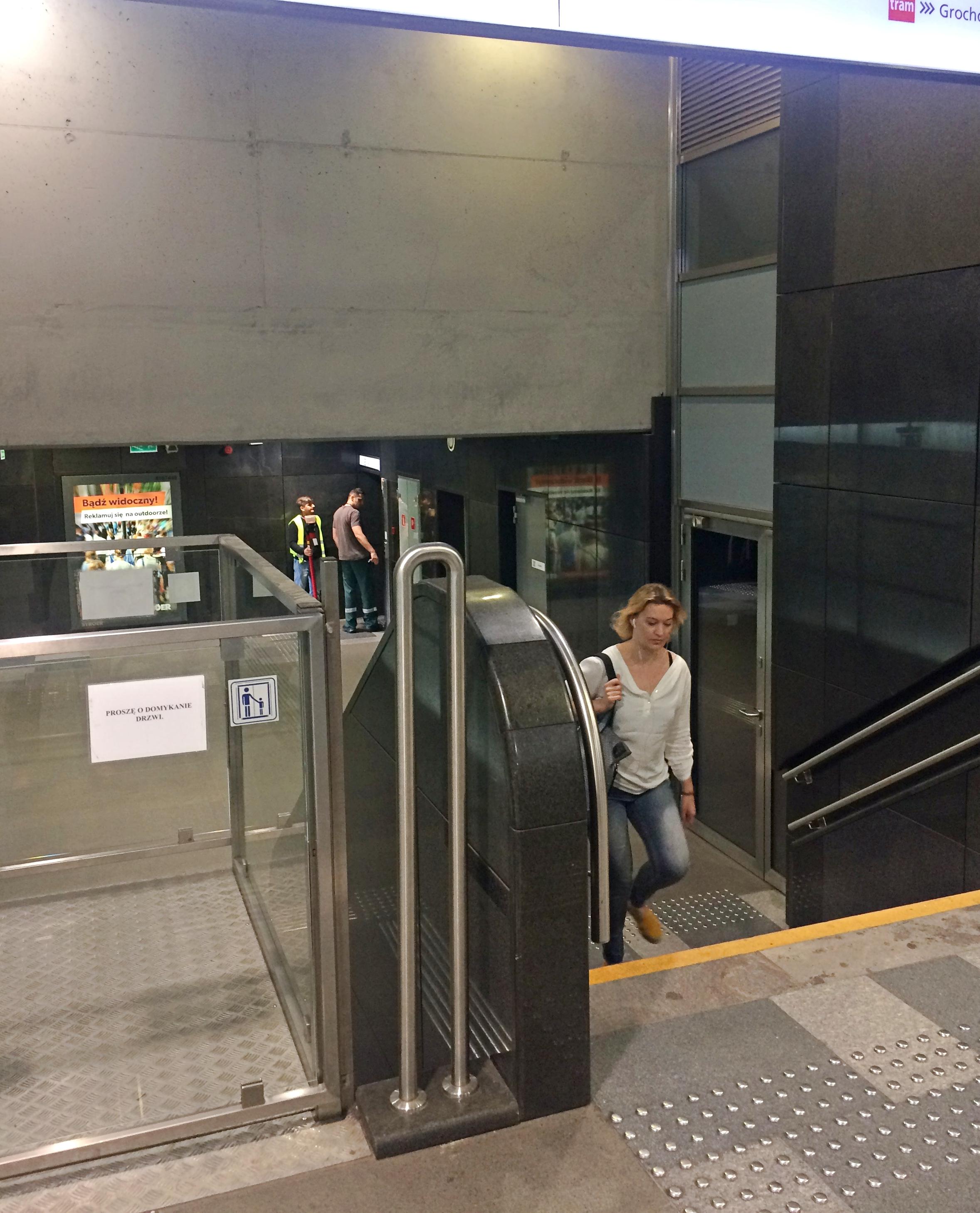 mała winda na stacji prowadząca do windy