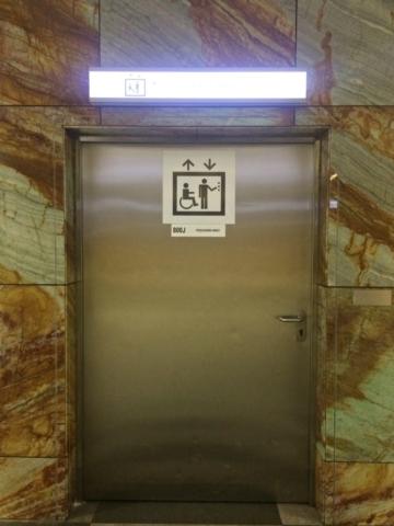 drzwi do windy w metrze