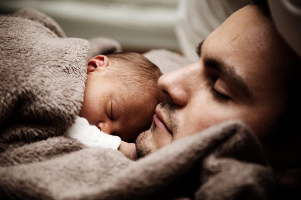 Ojciec z noworodkiem