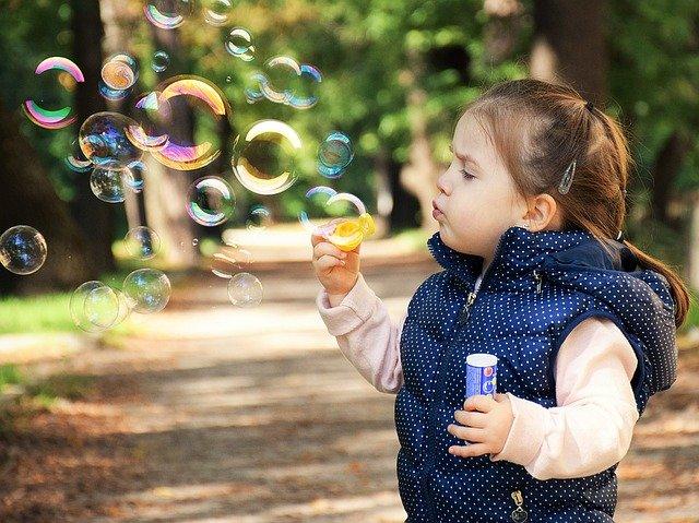 dziecko puszcza banki mydlane